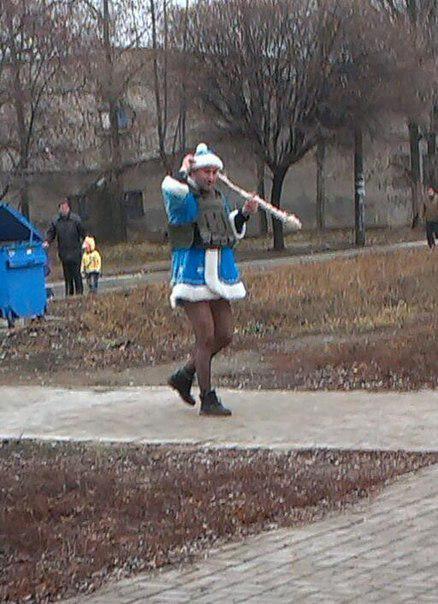 Донецьком розгулюють снігуроньки- бойовики у колготках та бронежилеті