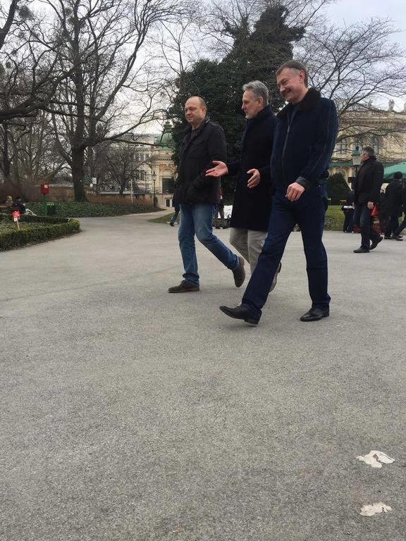 """Фирташ свободно прогулялся по Вене с депутатом от """"Оппозиционного блока"""": опубликованы фото"""
