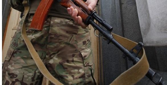 Путинские бандиты расстреляли учебники в детской библиотеке на Донбассе