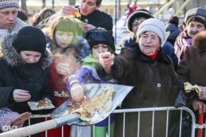 «Русское достоинство»: У Росії учасників фестивалю їжі … годували з лопат