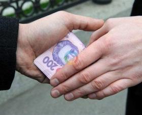 У Черкасах затримали податківця, який вимагав чек за сплату хабара
