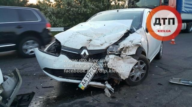 ДТП в Киеве: на проспекте Палладина пьяный водитель на Pegeout Expert, двигаясь по встречке за отбойником, влобовую протаранил Renault Sandero. Трое пострадавших