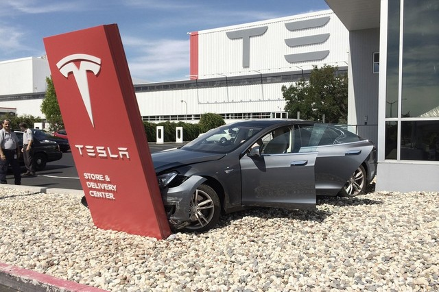 В автомобиле вскрылся самый главный дефект, сразу после первой аварии автомобиль можно попросту выбрасывать, так как компания Tesla Motors сразу снимает его с обслуживания