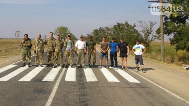 Дальнобойщик направил «фуру» на криворожан, участвующих в блокировании трассы на Крым