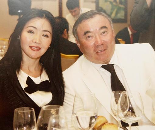 Болат Назарбаев подарил каждому однокласснику по джипу