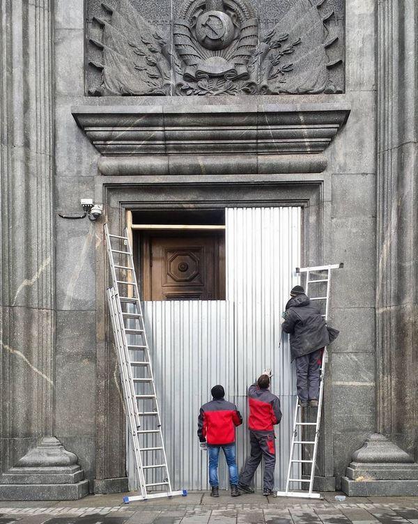 «Железный занавес». Вход в здание ФСБ «забаррикадировали» после акции Петра Павленского