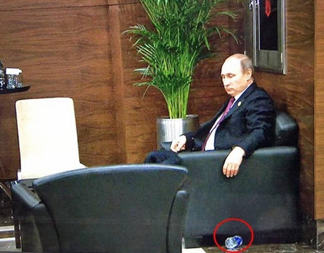 """""""Послали на йух"""": соцсети взорвало фото грустного Путина с пластиковой бутылкой"""