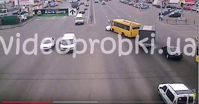 В Киеве маршрутка протаранила полицейскую машину: видео