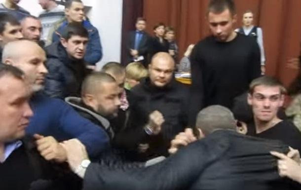 В Полтаве депутаты устроили массовое побоище в облсовете