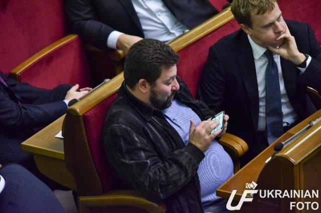 Фото дня: депутат Хомутынник не поддается телефонным соблазнам под объективами фотокамер