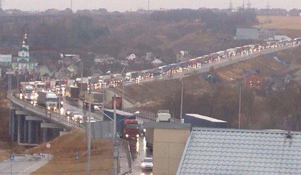 Огромные колоны протестующих дальнобойщиков со всей России взяли курс на Москву