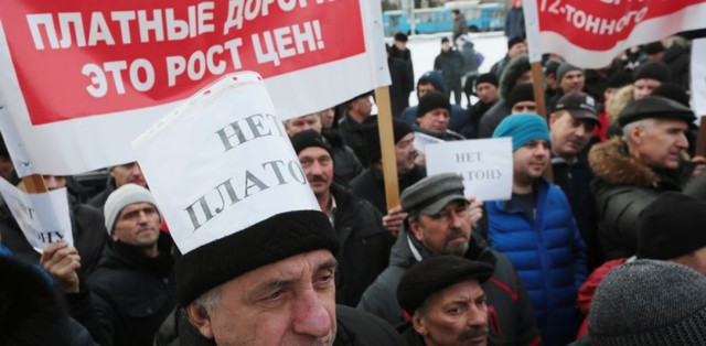 Полиция РФ начала стрелять в протестующих дальнобойщиков
