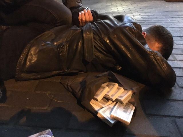 В Киеве двух прокуроров поймали на взятке в 155 тыс. долларов