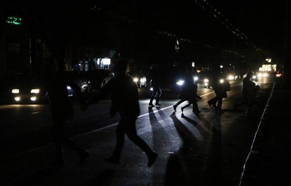 «Дайте свет!»: Жители Севастополя вышли на улицу и перекрыли дорогу