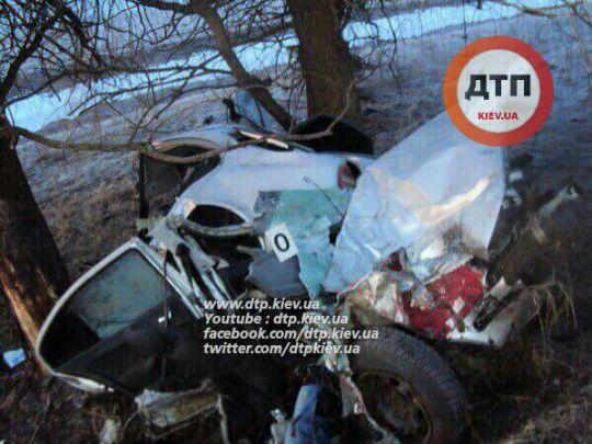 Смертельное ДТП: на скорости 200 км/час Шкода врезалась в дерево. Трое погибли