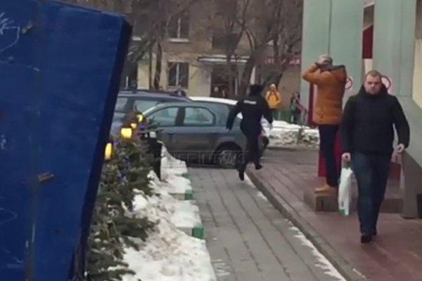 Вся суть путинских карателей: Обосранный полицейский убегает от женщины с головой ребенка в руках
