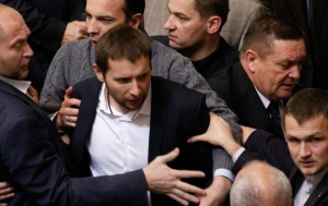 Парасюк сорвал со здания консульства РФ во Львове флаг и сжег его