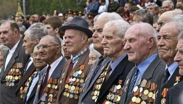 Ветеранам Кузбасса на 9 мая выдали по бутылке водки с георгиевской лентой