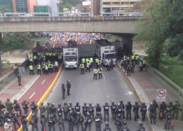 Апокалипсис в Венесуэле: бесчисленное количество раненых, пятитысячная толпа штурмует супермаркет в поисках еды