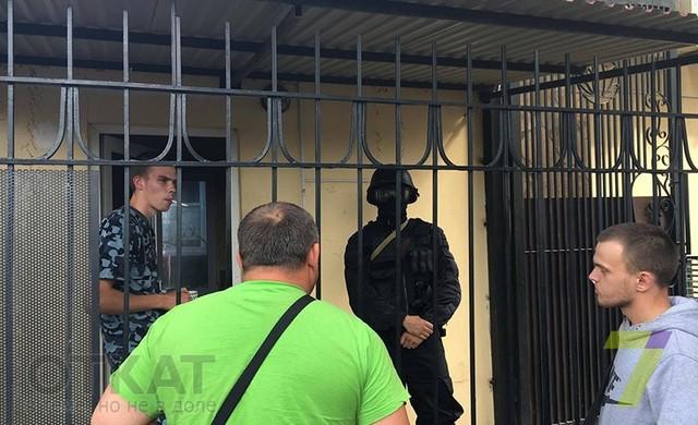 В Одессе люди в масках захватили жилой комплекс