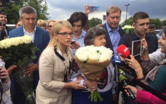 """""""Мы с вами недостаточно близки"""": Савченко отказалась от цветов и объятий Тимошенко"""