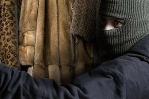 Модники-уголовники: в Киеве домушники украли из квартиры шубы