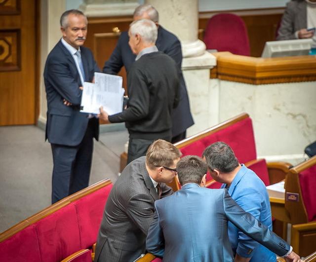 Рабочий день в Раде: очередь депутатов к Гройсману, конверты от Лозового Оппоблоку и переписка Папиева с Левочкиным.