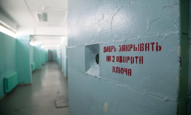 «А сотрудник стал сыпать в глаза таблетки хлорки, стал их крошить». История человека, который сказал «нет» оперативнику