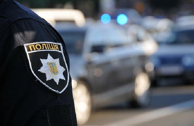 В Никополе полицейский отобрал у торговца мобильный телефон