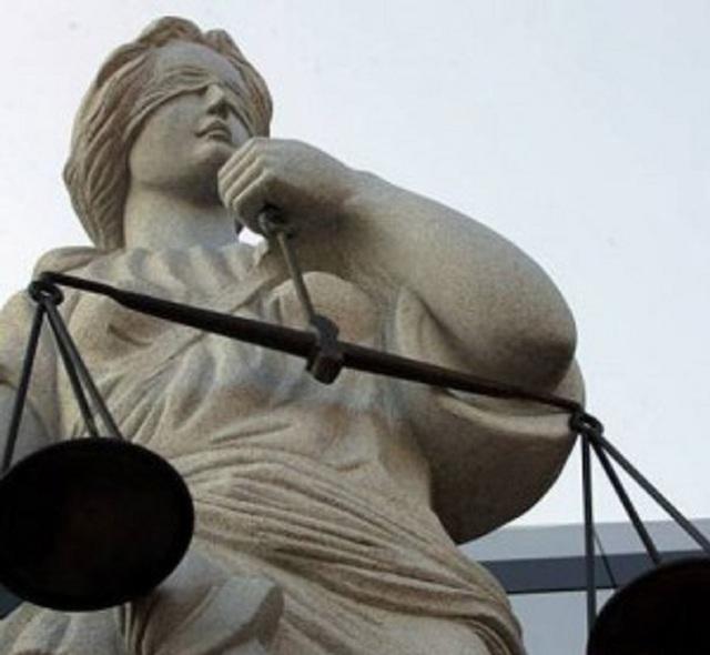 Двух ревизоров, шантажировавших чиновника мэрии Запорожья, осудили на пять лет