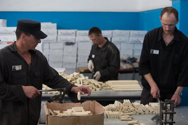 Экономика тюрем: как государство зарабатывает на труде заключенных