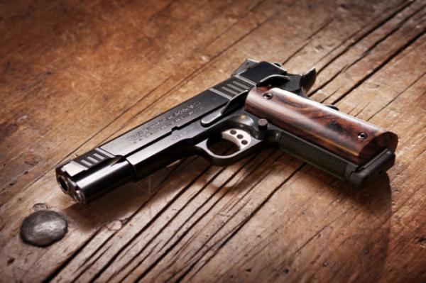 """Аваков подарил Яценюку и Гройсману по четыре """"ствола"""", а Порошенко - лишь один пистолет"""