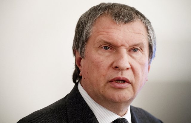 В «Роснефти» объяснили использование Сечиным машины с «мигалкой»
