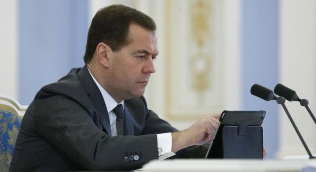 """Медведев заблокировал Навального в инстаграме после расследования """"Он вам не Димон"""""""
