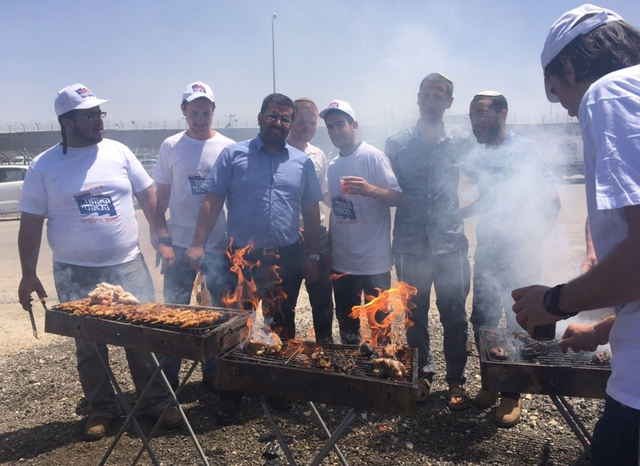 Израильские активисты пожарили шашлыки у окон тюрьмы с объявившими голодовку террористами