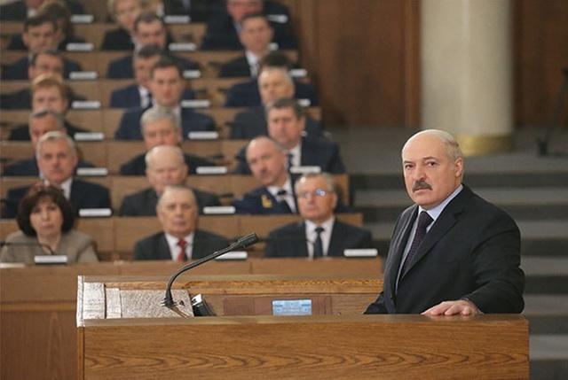 """Лукашенко: """"Беларусь у опаснейшей черты, боюсь говорить, что может случиться"""""""