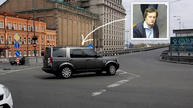 Сын президента нарушил ПДД на Владимирском спуске: поехал на красный и повернул против шерсти
