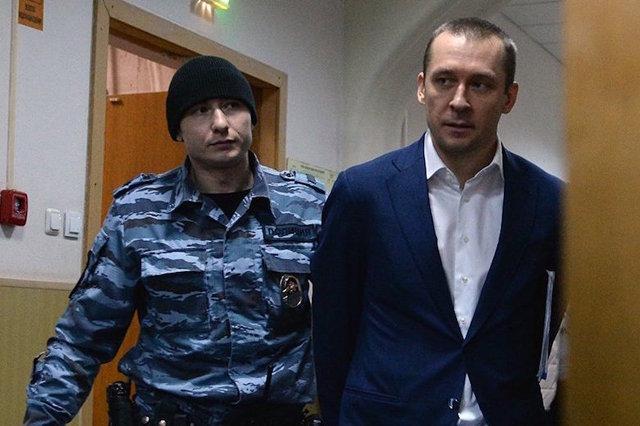 Суд оставил миллионы Захарченко под арестом