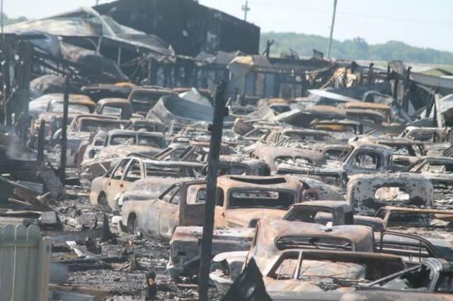 Пожар превратил полторы сотни раритетных машин в свалку металлолома