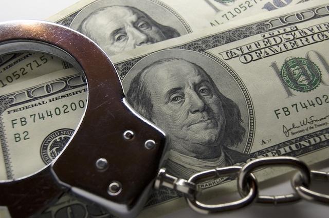 Столичного судебного пристава поймали на взятке в 17 тысяч долларов