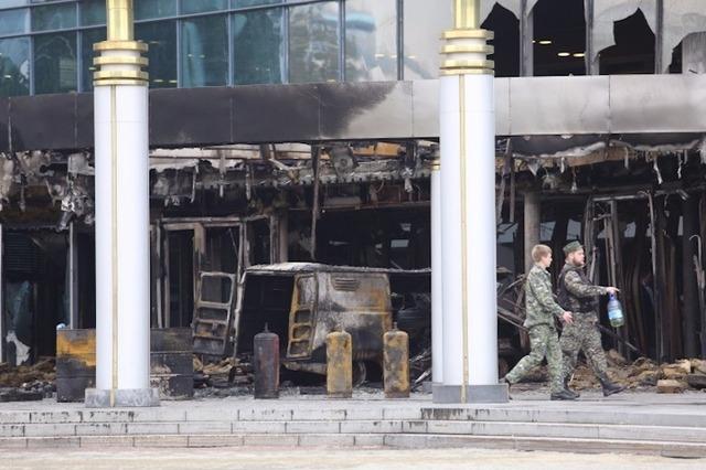 В Екатеринбурге на УАЗе протаранили кинотеатр и подожгли его. Подозреваемый состоял на учете в психбольнице
