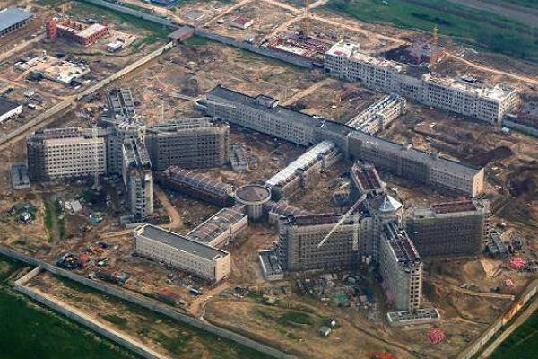 Как Руслан Хамхоков, Сергей Мойсеенко и Виктор Кудрин строили самый большой в Европе следственный изолятор
