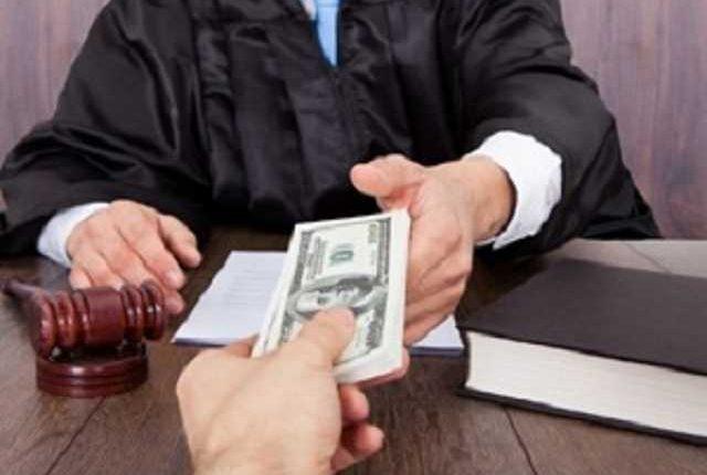 В Киевской и Донецкой областях судей задержали при получении взяток