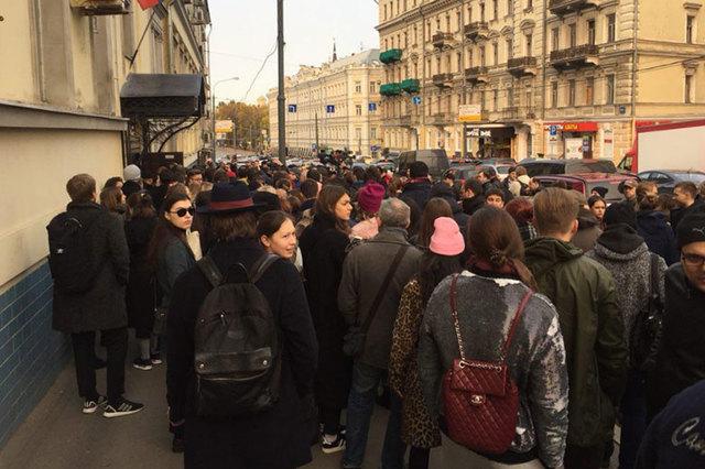У здания Басманного суда из-за заседания по делу Серебренникова собралась толпа в 100 человек