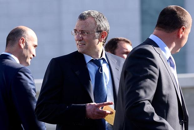 Сенатора Сулейманова Керимова сняли с трапа самолета, чтобы выяснить, принадлежит ли ему вилла на Лазурном берегу