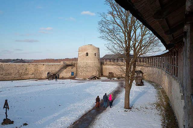 СК приостановил дело о хищениях на реставрации Изборской крепости из-за отсутствия подозреваемых