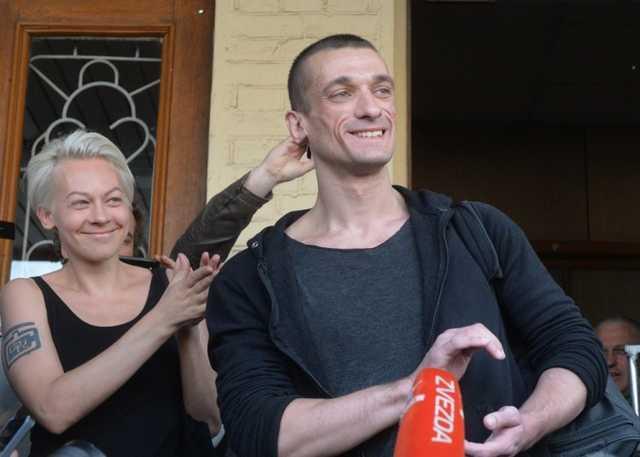 Соратницу Павленского выпустили из французской тюрьмы