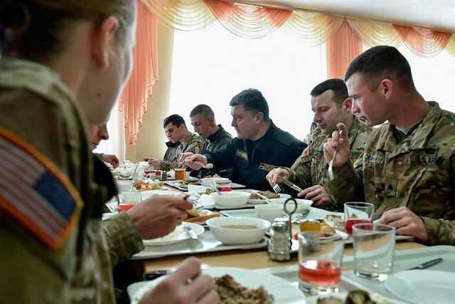 Солдат ВСУ будет кормить то же лицо, что и во времена Януковича