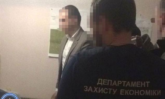 Замглавы одного из райсоветов Киевщины и его советник подозреваются в получении взятки в 50 тыс. долларов