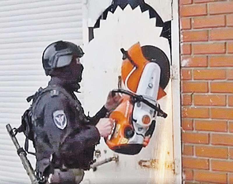 Спецназ срезает петли на дверях особняка Коли Томского. И шутят: болгарка — универсальный ключ... Фото: МВД РФ